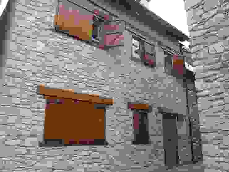 Fachada exterior a la Pza. de Urtau Casas de estilo rústico de DE DIEGO ZUAZO ARQUITECTOS Rústico