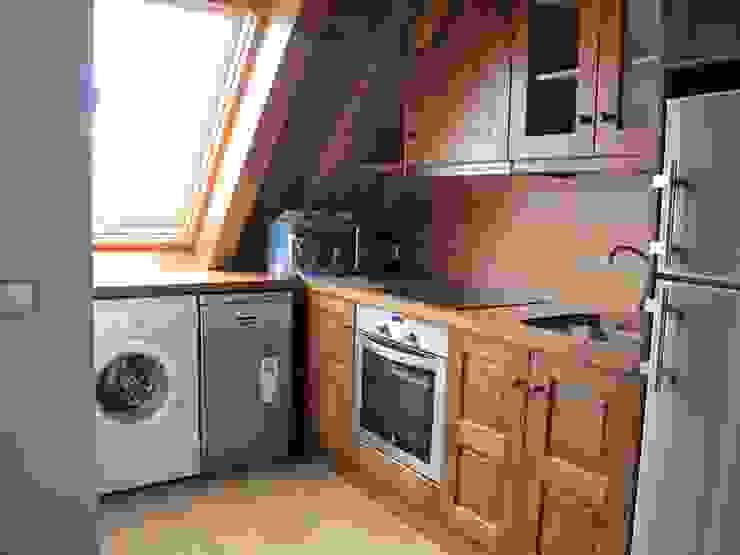 Cocina de madera en una de las viviendas Cocinas de estilo rústico de DE DIEGO ZUAZO ARQUITECTOS Rústico