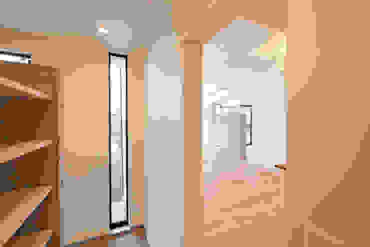 Minimalist corridor, hallway & stairs by 有限会社MuFF Minimalist