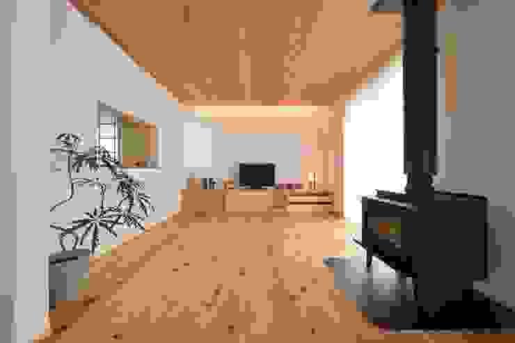 国産杉と珪藻土のリビング: 株式会社北村建築工房が手掛けた現代のです。,モダン