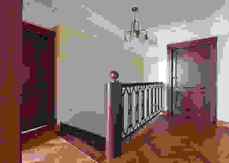 stylowa rezydencja pod Łodzią Eklektyczny korytarz, przedpokój i schody od CHORĄŻAK STUDIO Eklektyczny