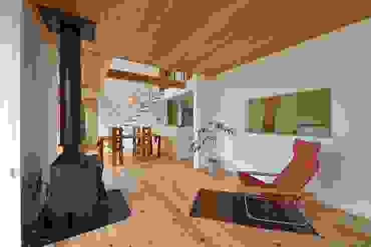 薪ストーブのある暮らし モダンデザインの リビング の 株式会社北村建築工房 モダン