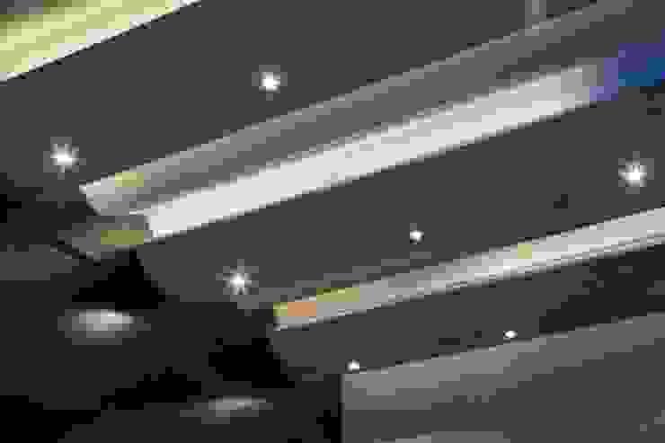 Modern walls & floors by GLR Arquitectos Modern