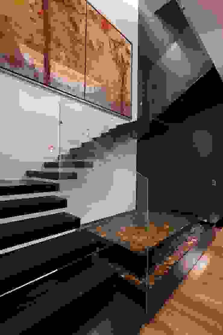 Modern corridor, hallway & stairs by GLR Arquitectos Modern