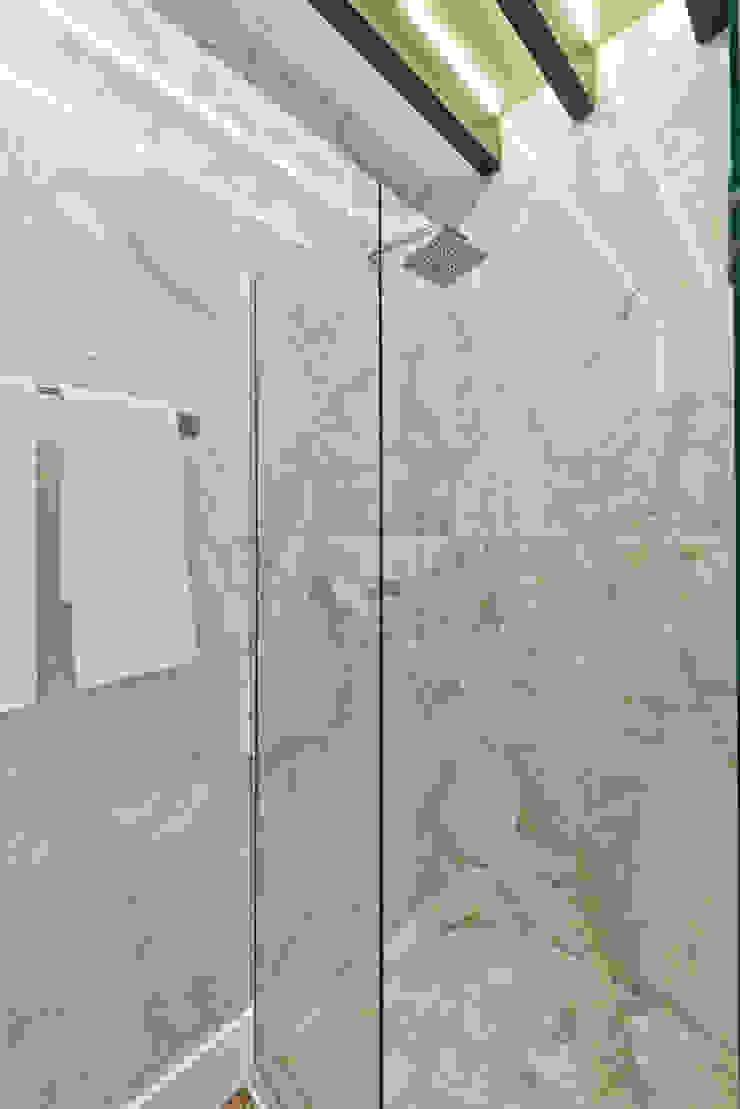 Loft de 30m² Banheiros modernos por Riskalla & Mueller Arquitetura e Interiores Moderno