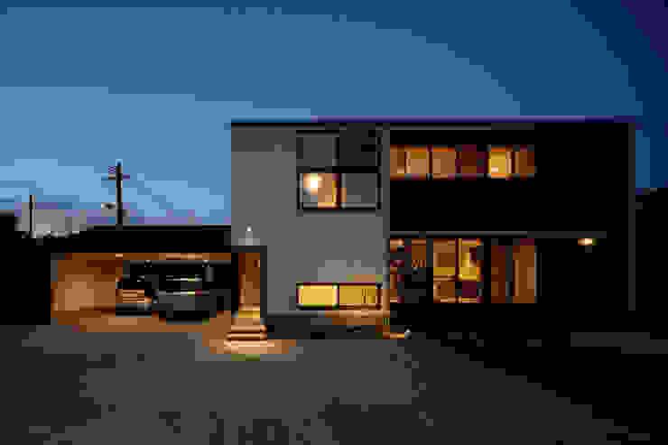 吹抜を囲むスキップフロア住宅 モダンな 家 の 株式会社プラスディー設計室 モダン