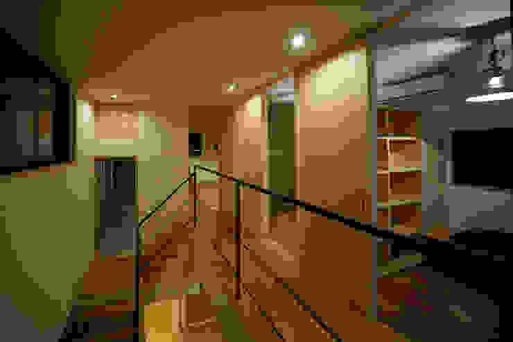 吹抜を囲むスキップフロア住宅 モダンスタイルの 玄関&廊下&階段 の 株式会社プラスディー設計室 モダン