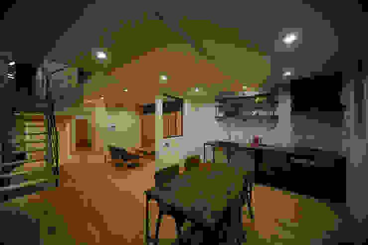 吹抜を囲むスキップフロア住宅 モダンデザインの ダイニング の 株式会社プラスディー設計室 モダン