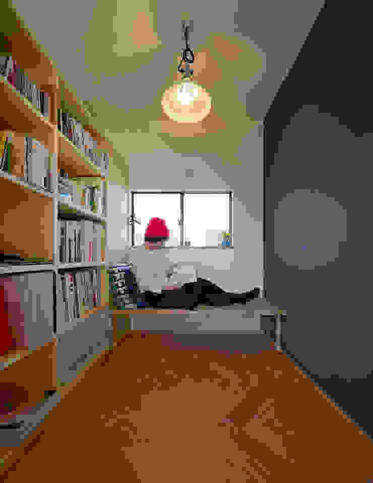 吹抜を囲むスキップフロア住宅 モダンデザインの 多目的室 の 株式会社プラスディー設計室 モダン