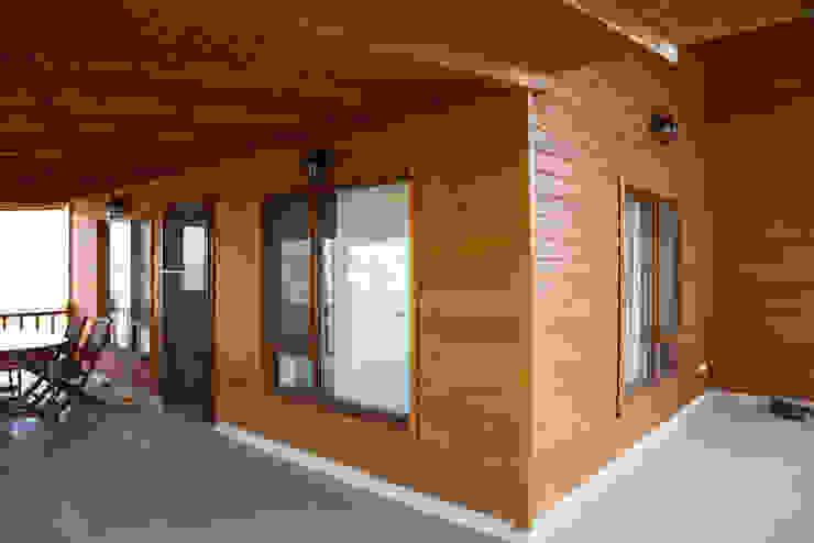 Balcone, Veranda & Terrazza in stile moderno di Kuloğlu Orman Ürünleri Moderno