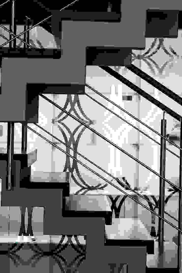 коттедж в п.Юкки Коридор, прихожая и лестница в эклектичном стиле от BASISarchitect.com Эклектичный