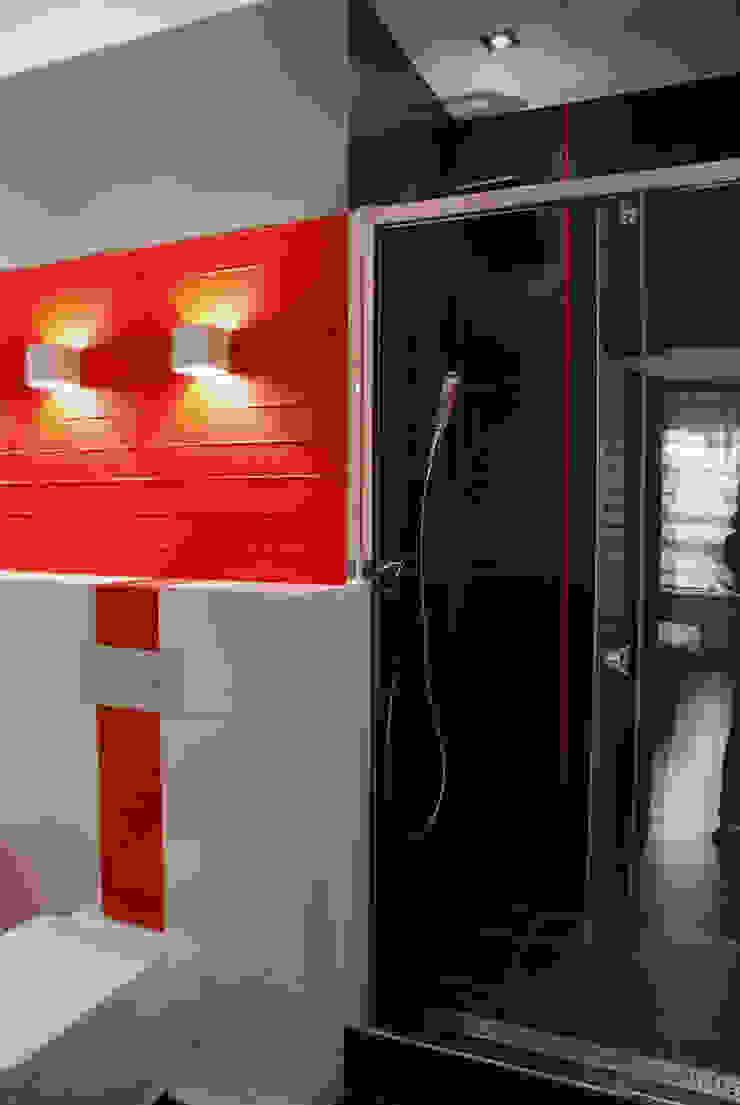 ŁAZIENKA W CZERWIENI Nowoczesna łazienka od ARCHINSIDE STUDIO KATARZYNA PARZYMIES Nowoczesny
