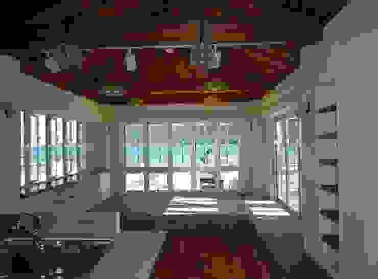 琉球赤瓦の家 モダンデザインの リビング の 船木建築設計事務所 モダン