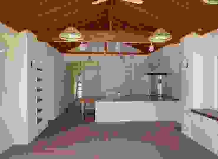 琉球赤瓦の家 モダンデザインの ダイニング の 船木建築設計事務所 モダン