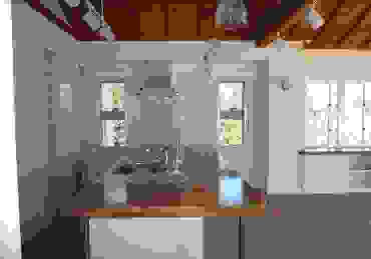 琉球赤瓦の家 モダンな キッチン の 船木建築設計事務所 モダン