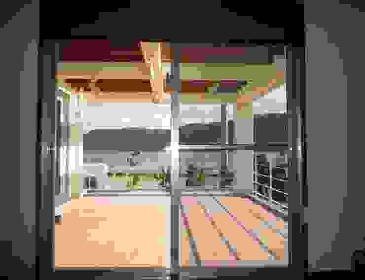 琉球赤瓦の家 モダンデザインの テラス の 船木建築設計事務所 モダン