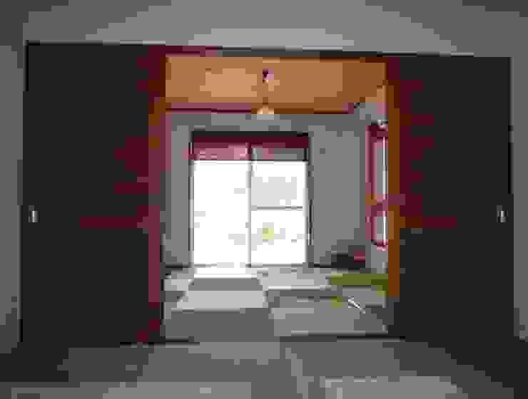 琉球赤瓦の家 モダンスタイルの寝室 の 船木建築設計事務所 モダン