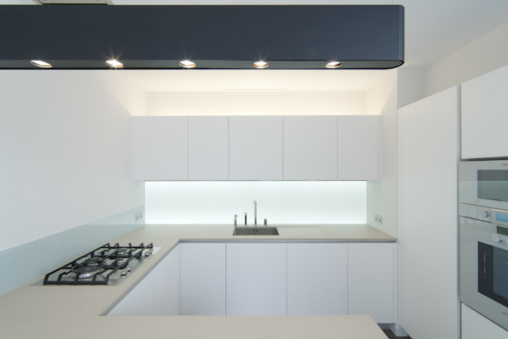 Kitchen splashback with white only LEDs LiteTile Ltd CucinaIlluminazione