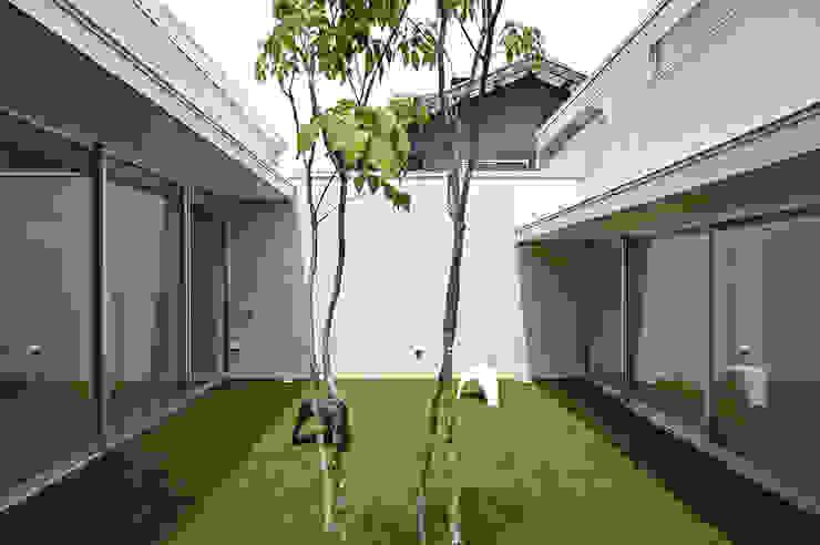Modern garden by 株式会社 空間建築-傳 Modern