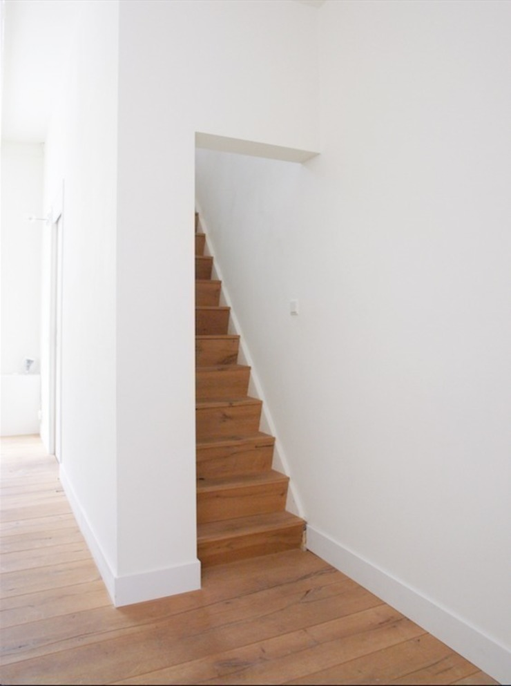 Woonkamer met zicht naar de trap Moderne gangen, hallen & trappenhuizen van ontwerpplek, interieurarchitectuur Modern