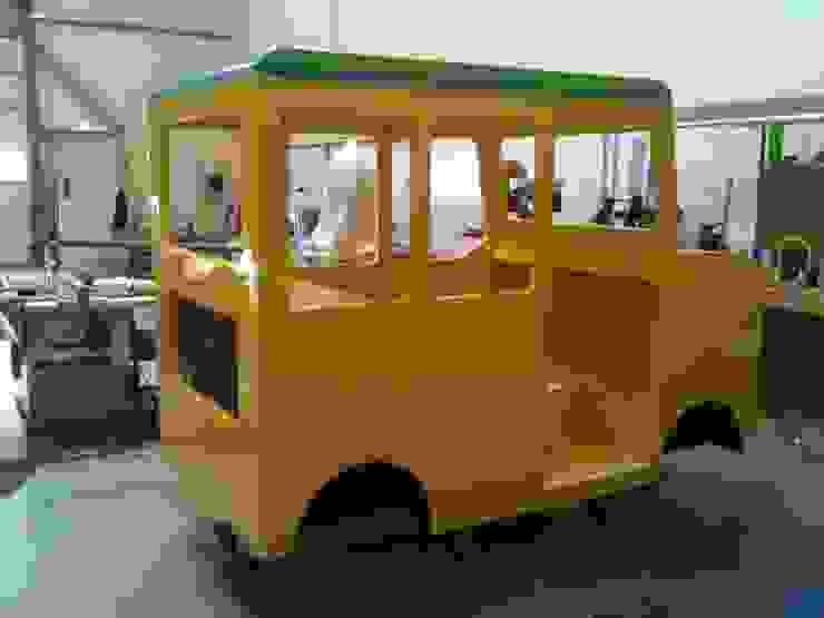 Schoolbus in wording Moderne scholen van Delgadodesign Modern