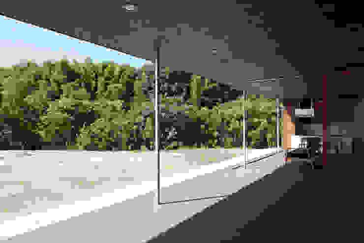 リビングダイニングと一体になるテラス モダンデザインの テラス の 松本匡弘建築設計事務所 モダン