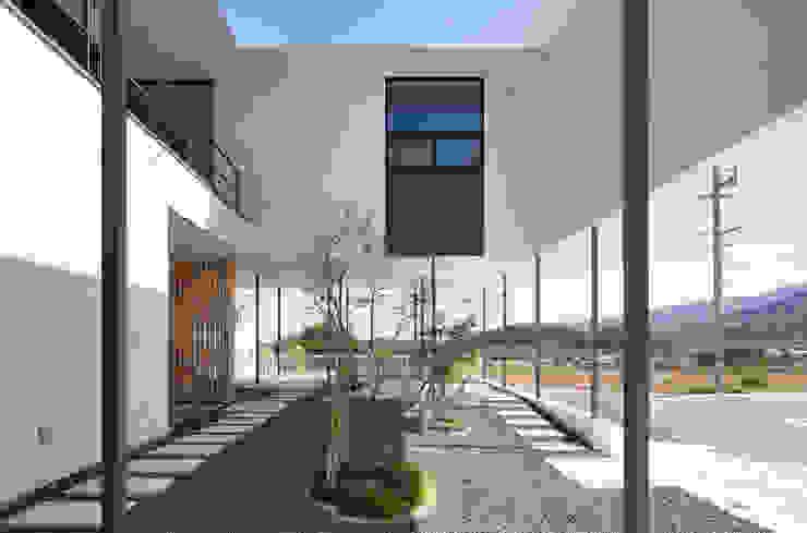 中庭にもなるピロティー モダンデザインの テラス の 松本匡弘建築設計事務所 モダン