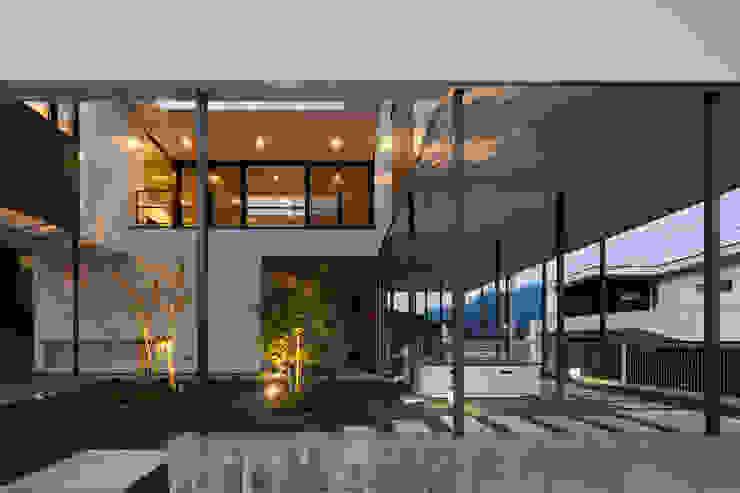 軒下に照らし出される樹々の影 モダンな 家 の 松本匡弘建築設計事務所 モダン