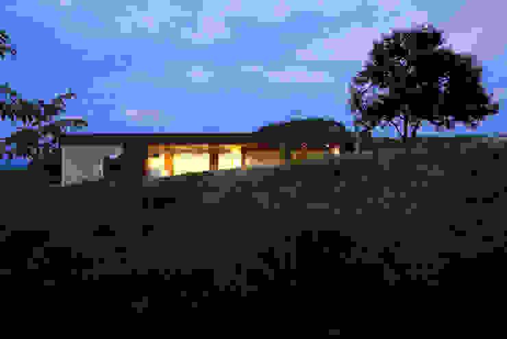 山のなかの灯りになる住宅 モダンな 家 の 松本匡弘建築設計事務所 モダン