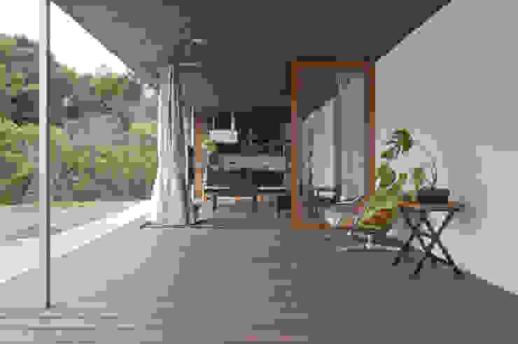テラスをリビングダイニングと一体にした広がりのある空間 松本匡弘建築設計事務所 モダンな 家