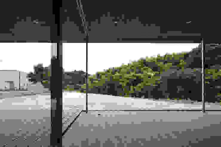 Salon moderne par 松本匡弘建築設計事務所 Moderne