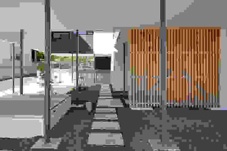 日陰にもなり、日向ぼっこもできたり、風を感じたりできる場所 アジア風 庭 の 松本匡弘建築設計事務所 和風