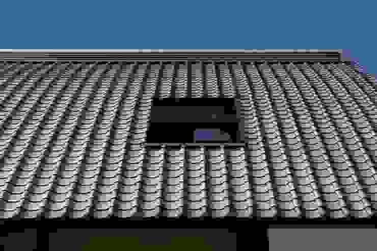 瓦屋根にバルコニー開口 オリジナルな 家 の アトリエ優 一級建築士事務所 オリジナル