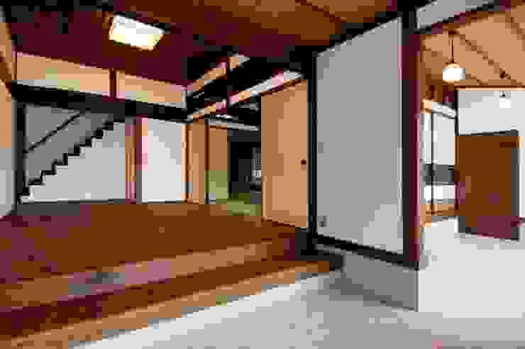 玄関から三和土 オリジナルデザインの 多目的室 の アトリエ優 一級建築士事務所 オリジナル