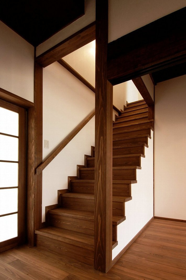 アトリエ優 一級建築士事務所 Pasillos, vestíbulos y escaleras de estilo ecléctico