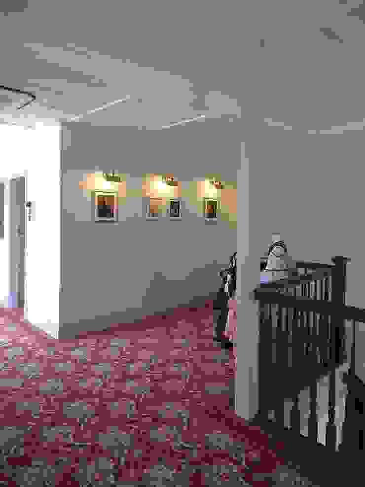 アトリエ優 一級建築士事務所 Classic corridor, hallway & stairs