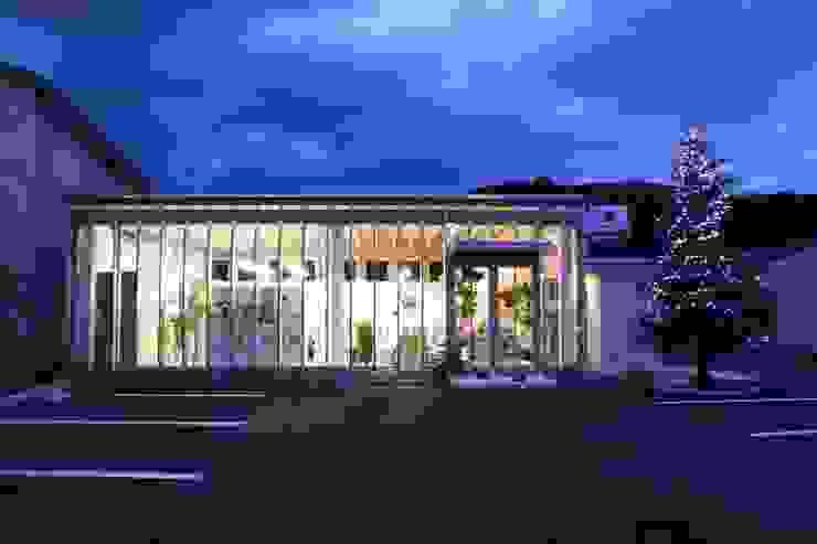 正面外観、夜景 オリジナルな 家 の 上野貴建築研究所 オリジナル