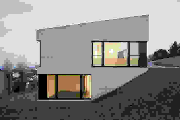 Einfamilienhaus Brunnaderenstrasse / CH-8193 Eglisau Moderne Häuser von Jäger Zäh Architekten Modern