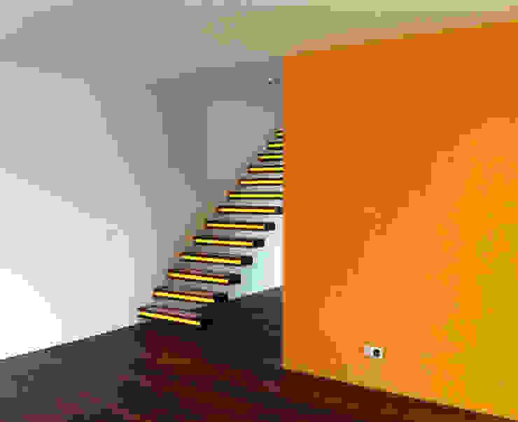 Treppe ins 1.OG Moderner Flur, Diele & Treppenhaus von Balzani Diplomarchitekten Modern