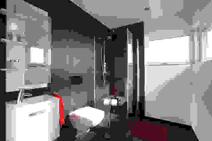 Ванная комната в стиле модерн от FingerHaus GmbH - Bauunternehmen in Frankenberg (Eder) Модерн