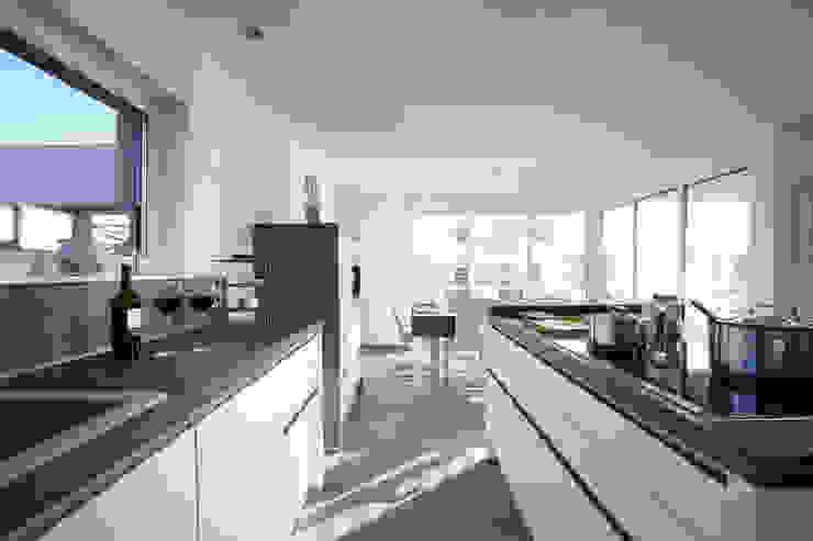 Cocinas de estilo moderno de FingerHaus GmbH - Bauunternehmen in Frankenberg (Eder) Moderno