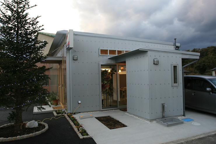 屋外便所外観 オリジナルな 家 の 上野貴建築研究所 オリジナル