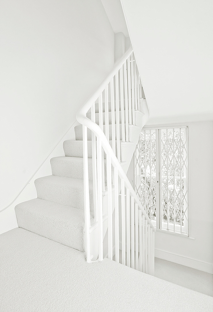 Staircase Pasillos, vestíbulos y escaleras de estilo clásico de William Gaze Ltd Clásico