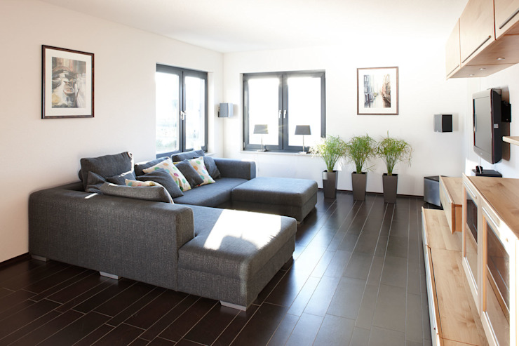 Salas modernas de FingerHaus GmbH - Bauunternehmen in Frankenberg (Eder) Moderno
