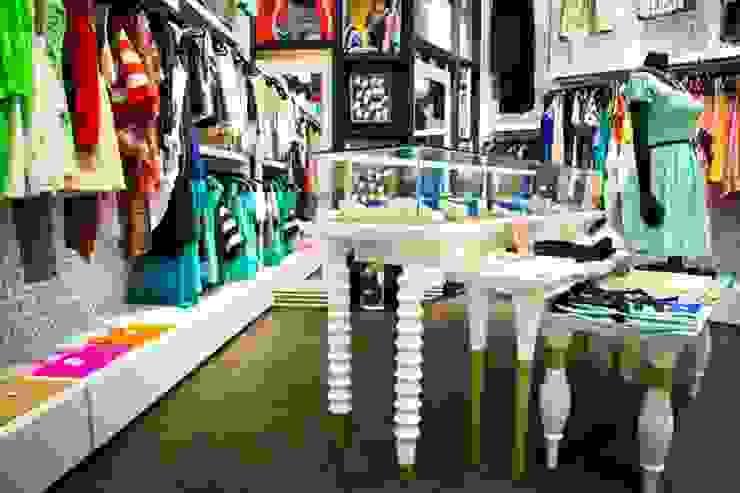 Detalle de vitrinas y mesas de exhibición Espacios comerciales de estilo ecléctico de Vulca Studio Ecléctico Compuestos de madera y plástico