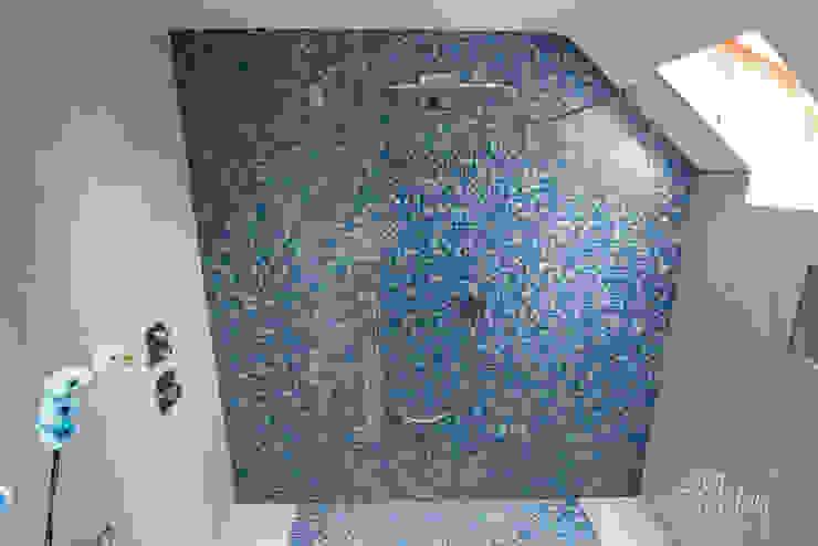 Shower & Mosaic Wall 現代浴室設計點子、靈感&圖片 根據 Lisa Melvin Design 現代風
