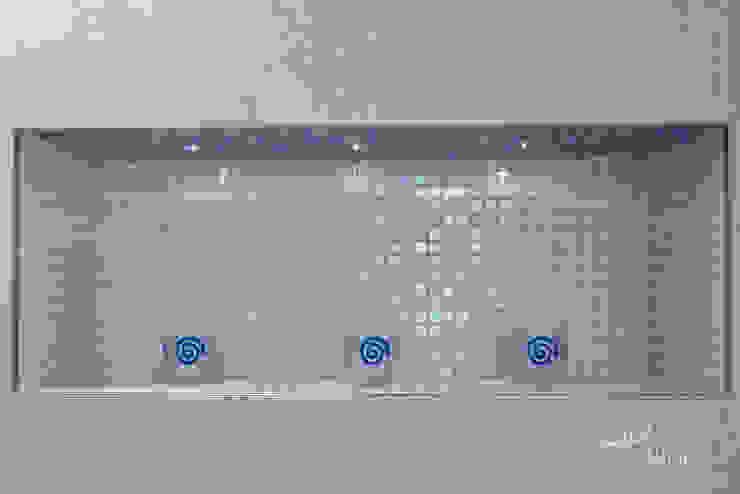Niche Feature 現代浴室設計點子、靈感&圖片 根據 Lisa Melvin Design 現代風