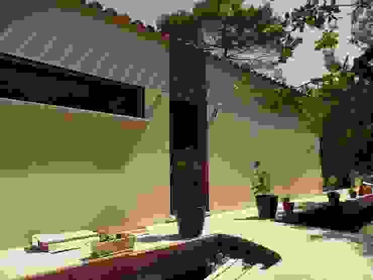 Vue façade entrée Maisons modernes par AGENCE D'ARCHITECTURE BRAYER-HUGON Moderne