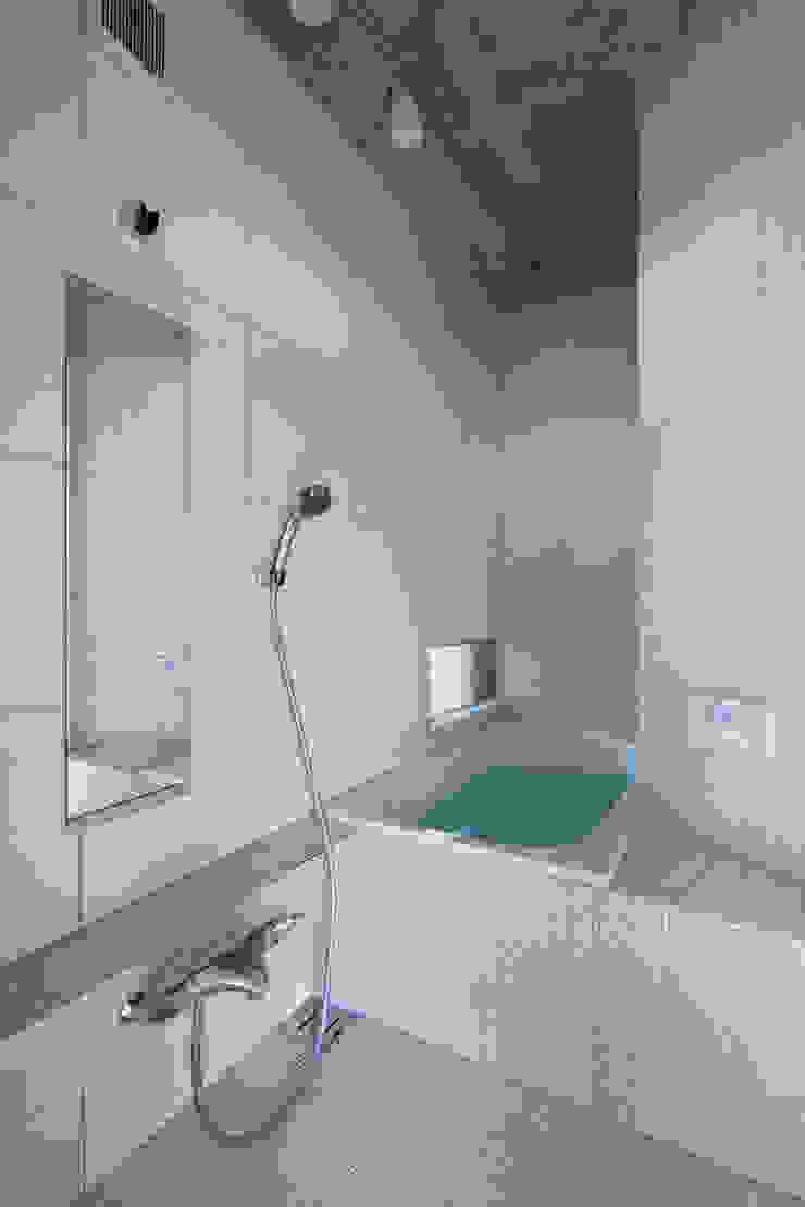 Banheiros modernos por かわつひろし建築工房 Moderno