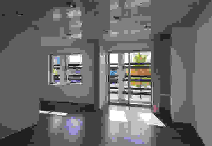 Salas de estar modernas por かわつひろし建築工房 Moderno